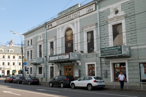 At the end of the 19th century this building housed both the fashionable Hermitage Restaurant and a small theater.